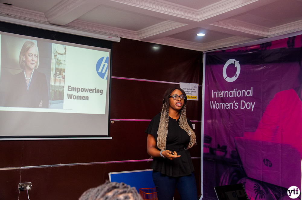 HP employee instructing women entrepreneurs